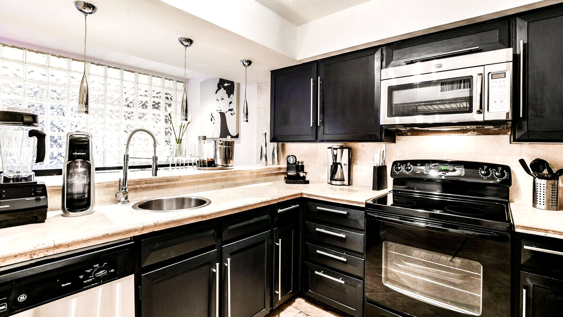 8SpaciousModernKitchenwithadine-inbarandstainlesssteelappliances_previewAFTER - scottsdale